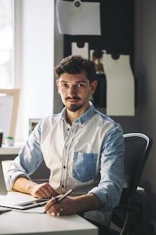 Uomo d'affari bello che lavora nell'ufficio