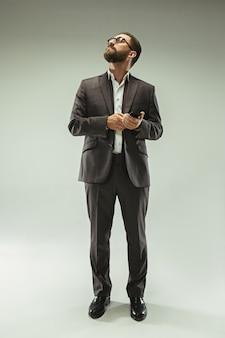 Uomo d'affari bello con il telefono cellulare
