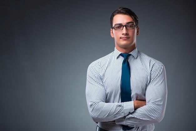 Uomo d'affari bello su gray