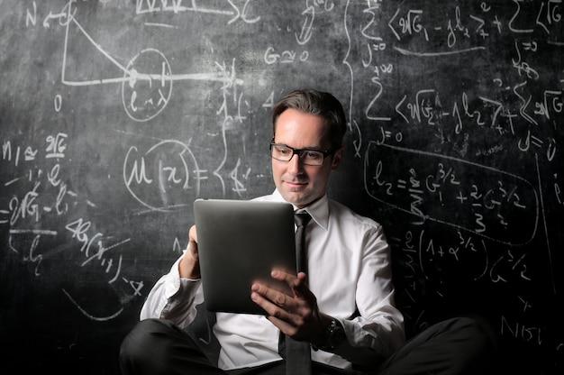 Uomo d'affari calcolando e lavorando
