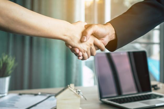 Uomo d'affari che agita le mani con il cliente / cliente