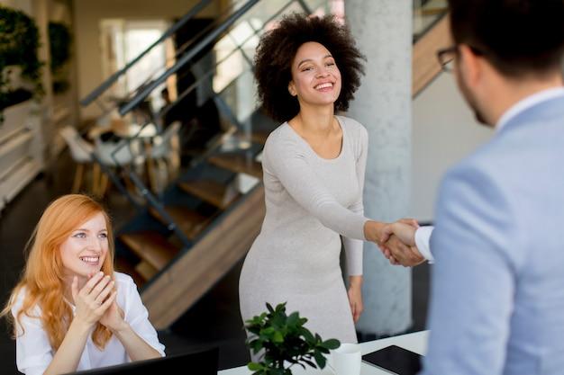 Uomo d'affari che agita le mani per sigillare un affare con il suo partner femminile