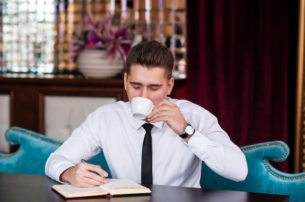 Uomo d'affari che beve caffè