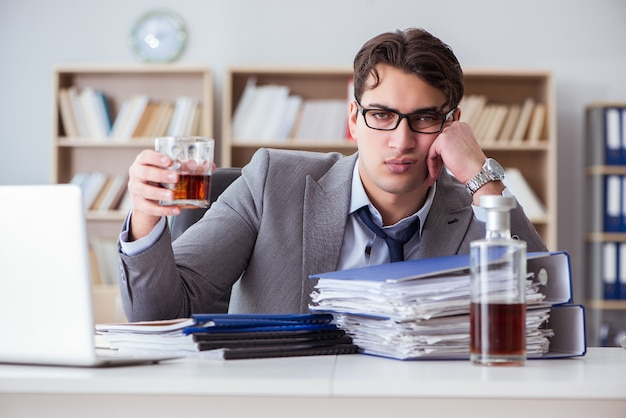 Uomo d'affari che beve in ufficio