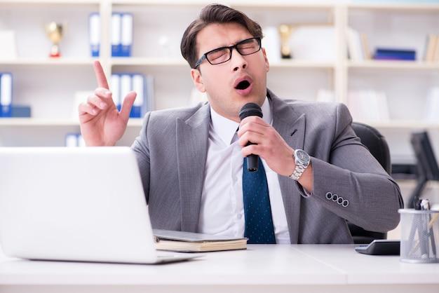 Uomo d'affari che canta in ufficio