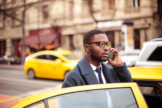 Uomo d'affari che chiama da un taxi