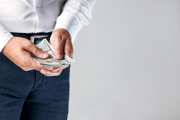 Uomo d'affari che conta dollari