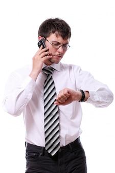Uomo d'affari che controlla i suoi orologi delle maglie