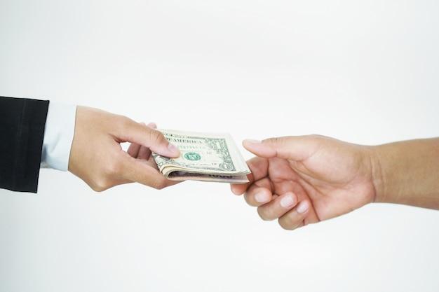 Uomo d'affari che dà i soldi a portata di mano isolato