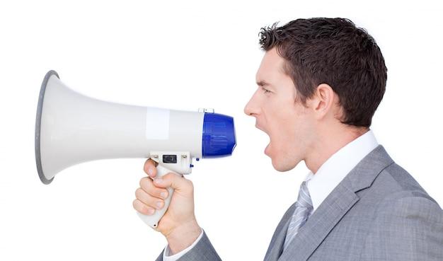 Uomo d'affari che dà istruzioni con un megafono