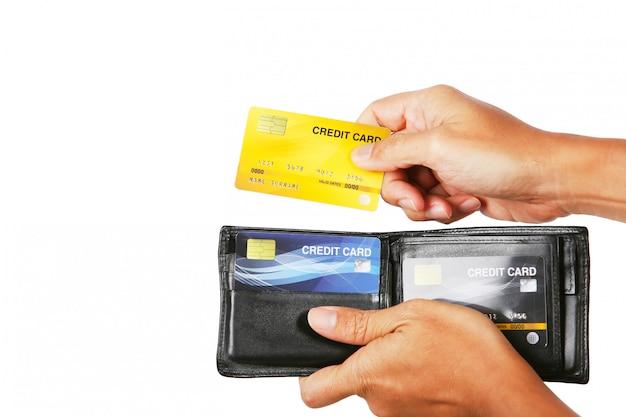 Uomo d'affari che dà la carta di credito dall'isolato del portafoglio su bianco