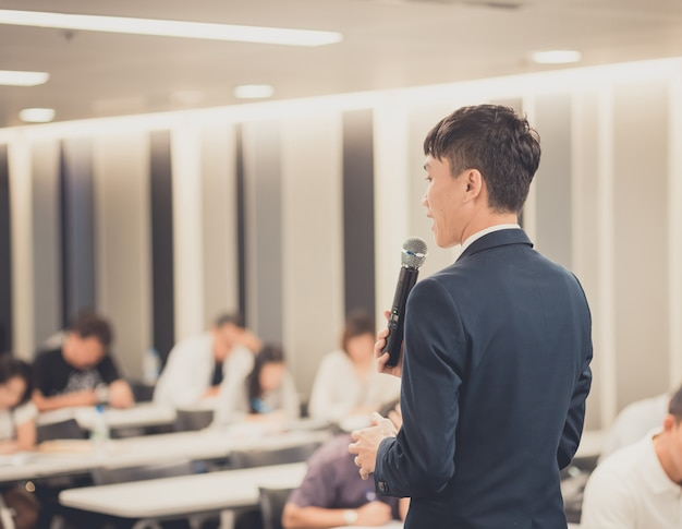 Uomo d'affari che dà un discorso sull'incontro d'affari corporativo.