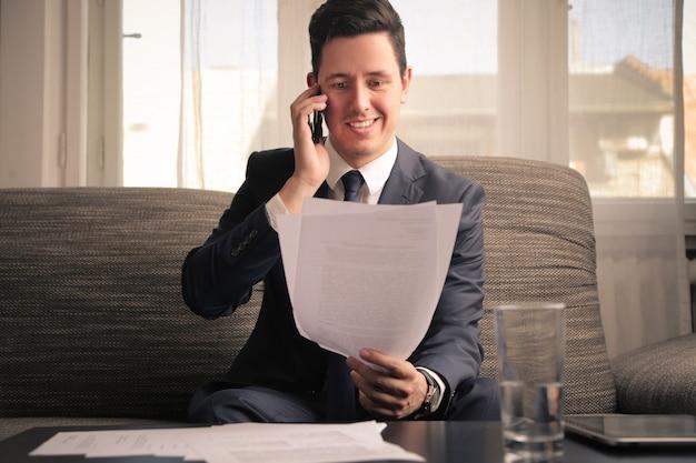 Uomo d'affari che effettua una chiamata importante