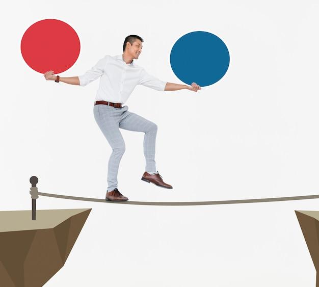 Uomo d'affari che equilibra su una singola corda