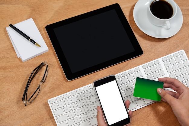 Uomo d'affari che fa spesa online sul telefono cellulare