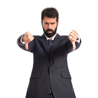 Uomo d'affari che fa un segnale difettoso su sfondo bianco
