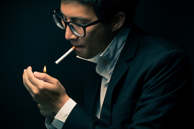 Uomo d'affari che fuma una sigaretta