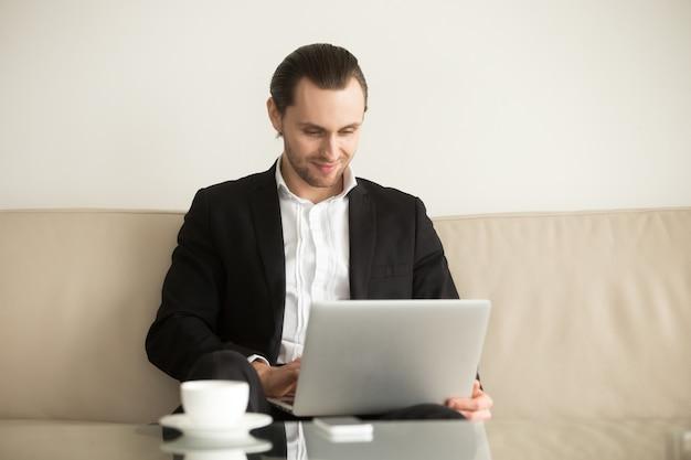 Uomo d'affari che gestisce da remoto la sua società di e-commerce