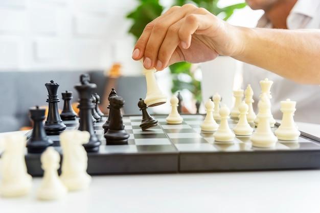 Uomo d'affari che gioca il gioco degli scacchi. strategia aziendale e progettazione tattica.