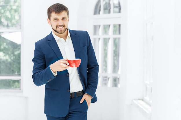 Uomo d'affari che ha pausa caffè, sta tenendo una tazza