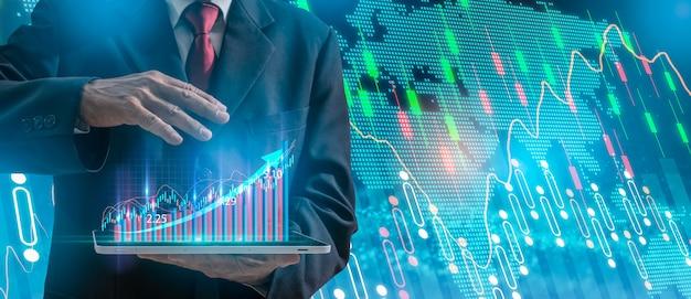 Uomo d'affari che indica il piano di crescita futuro corporativo del grafico della freccia, mano con i simboli finanziari di riserva del grafico che vengono dalla mano.