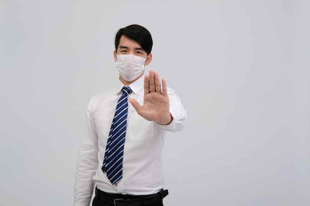 Uomo d'affari che indossa maschera protettiva e fermare