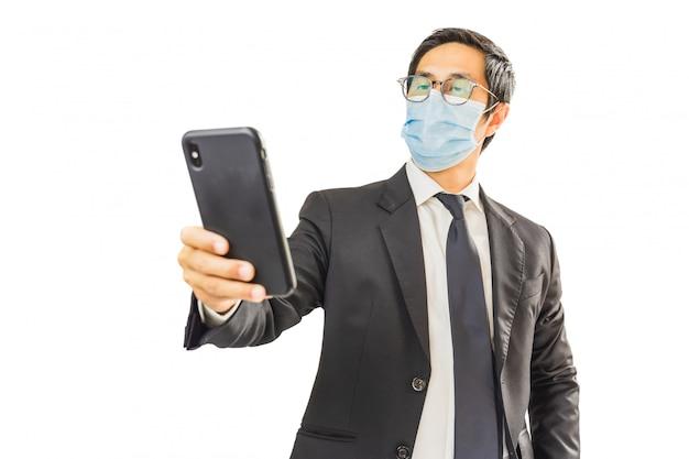 Uomo d'affari che indossa una maschera protettiva