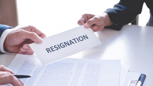 Uomo d'affari che invia la lettera di dimissioni al datore di lavoro esecutivo