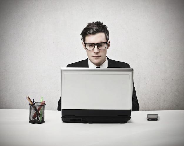 Uomo d'affari che lavora ad un computer portatile