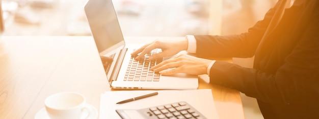 Uomo d'affari che lavora al suo computer portatile