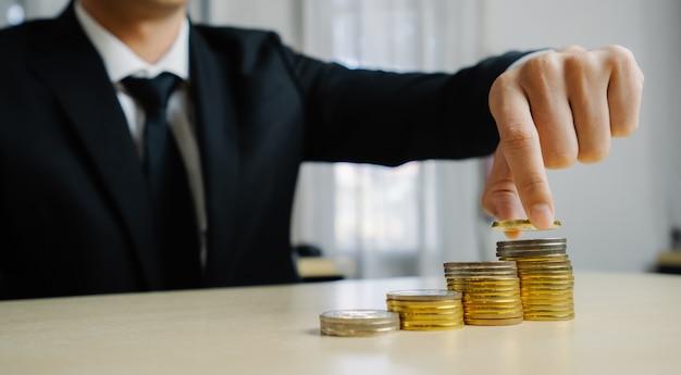 Uomo d'affari che lavora con la valuta dei soldi della moneta