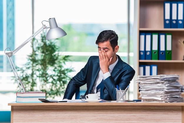 Uomo d'affari che lavora in ufficio