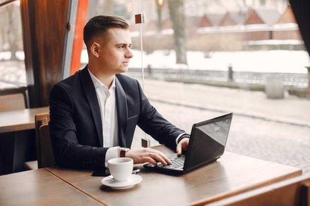 Uomo d'affari che lavora in un caffè