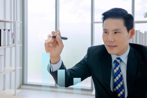 Uomo d'affari che lavora in un nuovo ufficio è il capo.