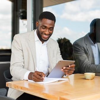 Uomo d'affari che lavora su tablet