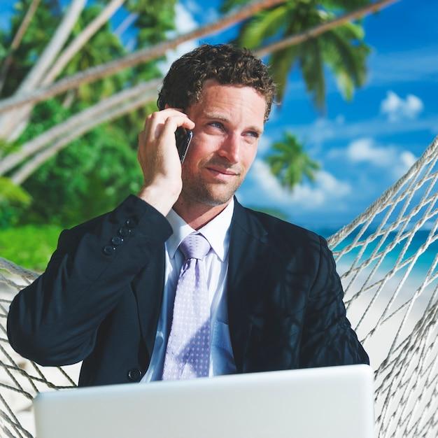 Uomo d'affari che lavora su un'isola tropicale