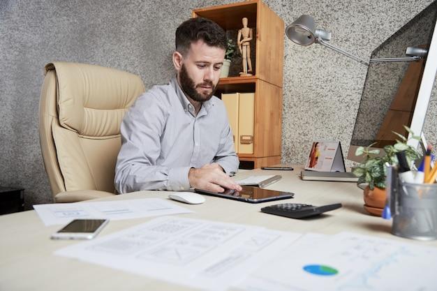 Uomo d'affari che lavora sul tablet