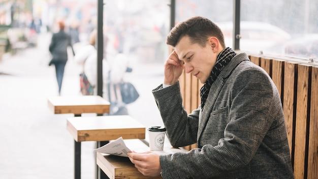 Uomo d'affari che legge su una terrazza