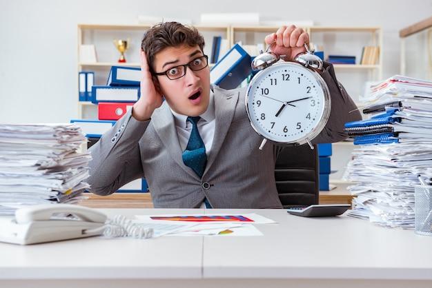 Uomo d'affari che non riesce a rispettare una scadenza dura