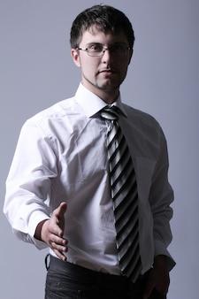 Uomo d'affari che offre la sua mano per la stretta di mano