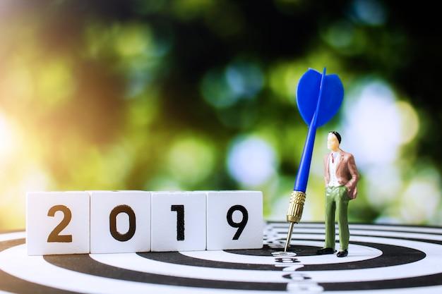 Uomo d'affari che osserva in avanti nel 2019 per la pianificazione del lavoro con il concep di affari dell'obiettivo e dello scopo