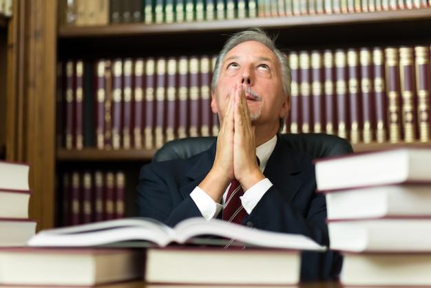 Uomo d'affari che prega per qualcosa