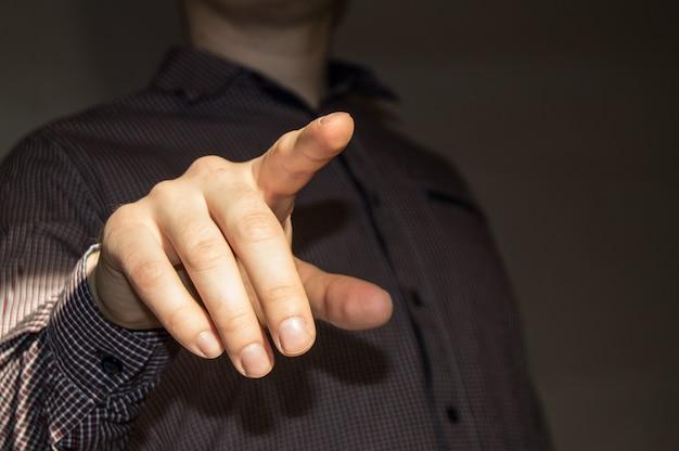 Uomo d'affari che punta il dito allo schermo virtuale vuoto premendo un pulsante virtuale
