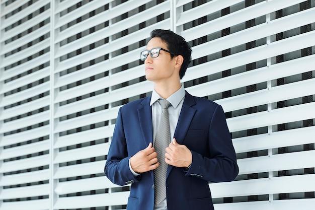 Uomo d'affari che riaggiusta la sua giacca