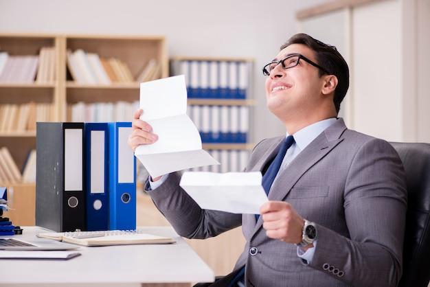 Uomo d'affari che riceve lettera nell'ufficio