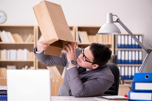 Uomo d'affari che riceve pacco in ufficio