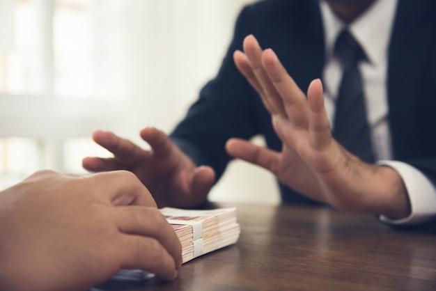 Uomo d'affari che rifiuta i soldi offerti dal suo partner