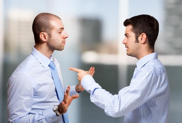 Uomo d'affari che rimprovera un collega