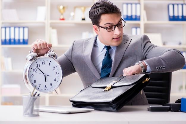 Uomo d'affari che scorre veloce in ufficio