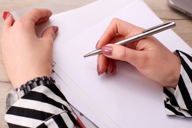 Uomo d'affari che scrive una nota in un taccuino in bianco